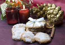 De koekjes van Kerstmis op verfraaide lijst Royalty-vrije Stock Afbeeldingen
