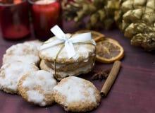 De koekjes van Kerstmis op verfraaide lijst Stock Foto's