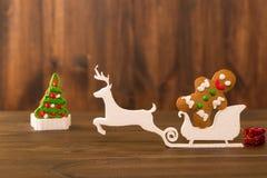 De koekjes van Kerstmis spaanderkoekjes op rustieke houten lijst Vakantiecake vakantiekoekje Koekjes Gestapelde chocoladeschilfer Stock Afbeelding