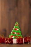 De koekjes van Kerstmis spaanderkoekjes op rustieke houten lijst Vakantiecake vakantiekoekje Koekjes Gestapelde chocoladeschilfer Stock Afbeeldingen