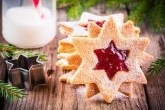 De koekjes van Kerstmislinzer met frambozenjam Royalty-vrije Stock Fotografie