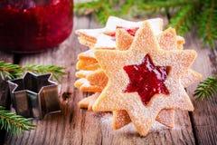 De koekjes van Kerstmislinzer met frambozenjam Stock Afbeelding