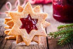 De koekjes van Kerstmislinzer met frambozenjam Stock Afbeeldingen