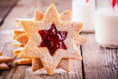 De koekjes van Kerstmislinzer met frambozenjam Royalty-vrije Stock Foto's