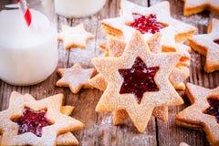 De koekjes van Kerstmislinzer met frambozenjam Stock Fotografie