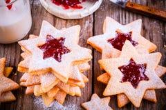De koekjes van Kerstmislinzer met frambozenjam Royalty-vrije Stock Afbeeldingen