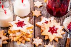 De koekjes van Kerstmislinzer met frambozenjam Stock Foto's