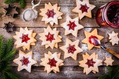 De koekjes van Kerstmislinzer met frambozenjam Royalty-vrije Stock Afbeelding