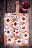 De koekjes van Kerstmislinzer met frambozenjam Stock Foto