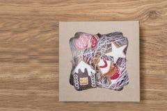 De koekjes van de Kerstmispeperkoek in een giftdoos Stock Afbeelding