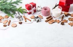 De koekjes van de Kerstmispeperkoek met glas melk stock afbeeldingen
