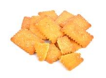 De koekjes van koekjescrackers met sesam op een witte backg worden bestrooid die Royalty-vrije Stock Afbeeldingen