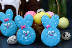 De koekjes van de paashaassuiker, aanbiddelijke dierlijk-gevormde koekjes als leuke blauwe konijnen royalty-vrije stock foto