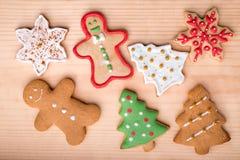De koekjes van peperkoekkerstmis op een houten achtergrond Stock Afbeeldingen