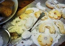 De koekjes van traditiekerstmis op lijst met suiker Royalty-vrije Stock Afbeeldingen