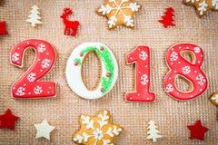 De koekjessneeuwvlokken en 2018 van de Kerstmispeperkoek op juteachtergrond Royalty-vrije Stock Foto's