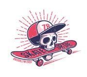 De koele jeugd die authentiek retro straatembleem met schedel in honkbal GLB met een skateboard rijden royalty-vrije illustratie