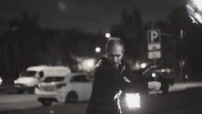 De koele prestaties bij de brand tonen van een kerel met twee lichten op kettingen Hij golft hen rond hem stock videobeelden