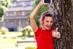 De Koele vrouw die van de muziekhartstocht met hoofdtelefoons aan muziek luisteren royalty-vrije stock afbeeldingen
