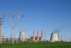 De koeltorens die van de elektrische centrale stoom uitzenden Stock Foto's