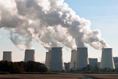De koeltorens van de elektrische centrale over V2 Royalty-vrije Stock Foto