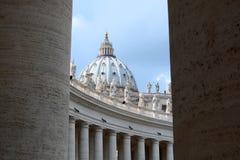 De koepel en de colonnades van heilige Peter. De Stad van Vatikaan royalty-vrije stock foto's