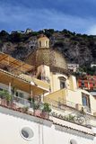 De koepel en de heuvels van de Positanokerk royalty-vrije stock fotografie
