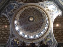 De koepel in Heilige Peter door de binnenkant royalty-vrije stock foto's