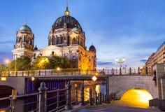 De Koepel van Berlijn bij nacht Stock Afbeelding
