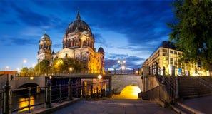 De Koepel van Berlijn bij nacht Stock Foto