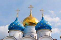 De koepel van de belangrijkste kathedraal van drievuldigheid-Sergius Lavra in Rusland stock afbeelding