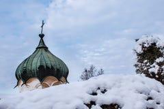 De koepel van een orthodoxe kerk in de winter stock afbeeldingen