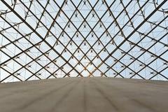 De koepel van het glas van een piramide in het Louvre stock afbeeldingen