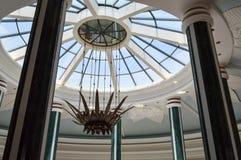 De koepel van het glasplafond om de steen van de hemeldecoratie van dakvensters verlaat bloemenplafond decoratief pleister grote  stock afbeeldingen