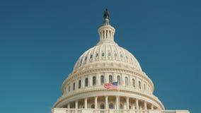 De koepel van het herkenbare Capitoolgebouw in Washington, gelijkstroom Tegen de blauwe hemel, het ` s gemakkelijk voor het sluit stock videobeelden