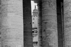 De koepel van St. Peter Kathedraal die door de colonnade wordt gezien royalty-vrije stock fotografie