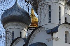 De koepel van St Sophia Cathedral en de klokketoren van de Kathedraal stock foto's