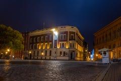 De Koepel Vierkante Doma van Riga laukums dichtbij de Koepelkathedraal bij nacht Zijn uniek met een middeleeuwse en Gotische arch royalty-vrije stock foto