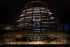 De koepelmening van de Reichstagkoepel bij nacht, Berlijn, Duitsland Stock Fotografie