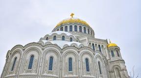 De koepels en de vensters van de Zeekathedraal van Sinterklaas in Kronstadt Stock Fotografie