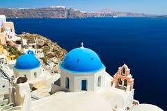 De Koepels van de kerk en de Klok van de Toren op Santorini Stock Afbeelding