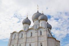 De koepels van de veronderstellingskathedraal in Rostov Stock Afbeelding