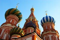 De koepels van het Museum en van het Kremlin van de geschiedenis in Rode Suare in Moskou. Royalty-vrije Stock Afbeelding