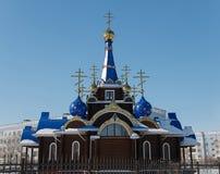 De koepels van de kerk met kruisen Tempel Tegen de blauwe hemel in wint royalty-vrije stock afbeeldingen