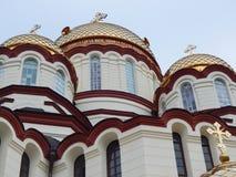 De koepels van Nieuwe die Athos Simon het Ijveraarklooster - klooster bij de voet van onderstel Athos in Abchazië wordt gevestigd Royalty-vrije Stock Foto's