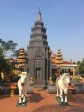 De koereplica en Stupa in Wat Preah Prom Rath Temple in Siem oogsten, Kambodja stock afbeeldingen