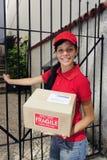 De koerier of de brievenbesteller die van de levering pakket leveren Royalty-vrije Stock Afbeeldingen