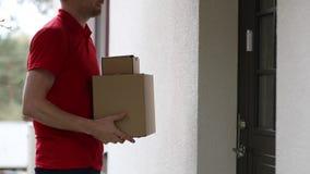 De koerier die van de leveringsdienst de huisdeurbel bellen