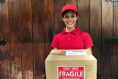 De koerier van de levering met pakket Stock Afbeeldingen