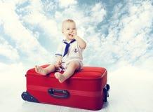 De Koffer van de babyreis, Kind zit op Reizende Bagage, Gelukkig Jong geitje stock foto